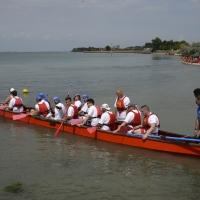 Vie-acqua-cavalino-6_Comune-di-Cavallino-Treporti_Equipaggio-di-dragonboat-in-preparazione-per-la-regata-Dragonboat-crew-waiting-for-the-regatta
